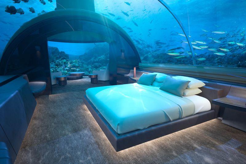 Dormitorul matrimonial si zona livingului sunt separate de recifurile de corali din zona de un dom acrilic curbat, care ofera o priveliste ampla asupra Oceanului Indian.