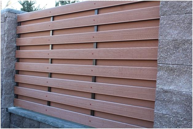 Gard realizat din profile WPC produse de Bencomp