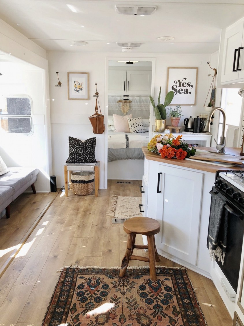 O familie din California a transformat o rulotă veche într-o locuință pentru cinci persoane cu 3