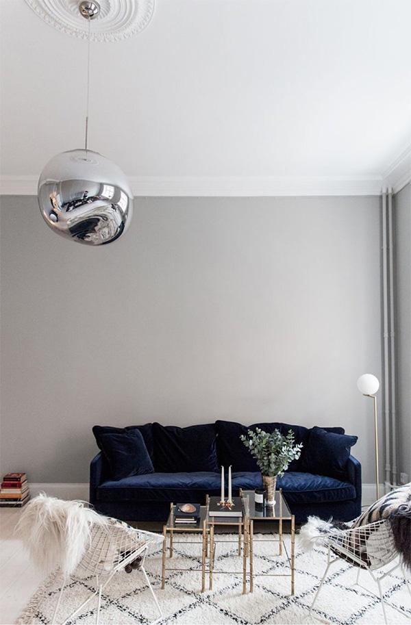 """<b>Si mai bine, catifea albastru marin</b> <p style=""""text-align: left;"""">""""Culoarea bogata, intensa, in combinatie cu textura luxoasa, patrunde in schemele de design pentru spatii high-style rezidentiale si din domeniul ospitalitatii. Este confortabil, dar modern si indraznet"""" - Erica Leigh Reiner de la E. Leigh Designs</p>"""