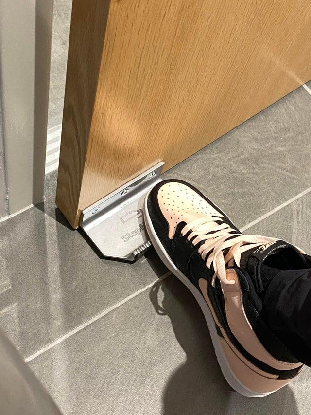 Usile pot fi deschise cu piciorul in birourile unei companii