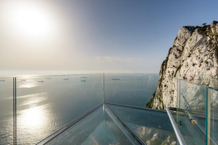 Această platformă transparentă din Gibraltar le oferă curajoșilor priveliști panoramice