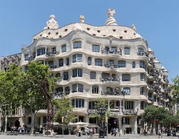 """<b>3. Cosurile de fum ale blocului de locuinte Casa Mila</b> <p style=""""text-align: left;"""">Casa Mila din Barcelona este una dintre cele mai cunoscute creatii ale marelui arhitect Antoni Gaudi, printre cele mai impresionante elemente ale sale fiind acoperisul decorat cu ventilatoare si cosuri de fum. Un proiect controversat la inceput, cladirea este foarte apreciata de public in prezent si vizitata in mod regulat de turiști.</p>"""