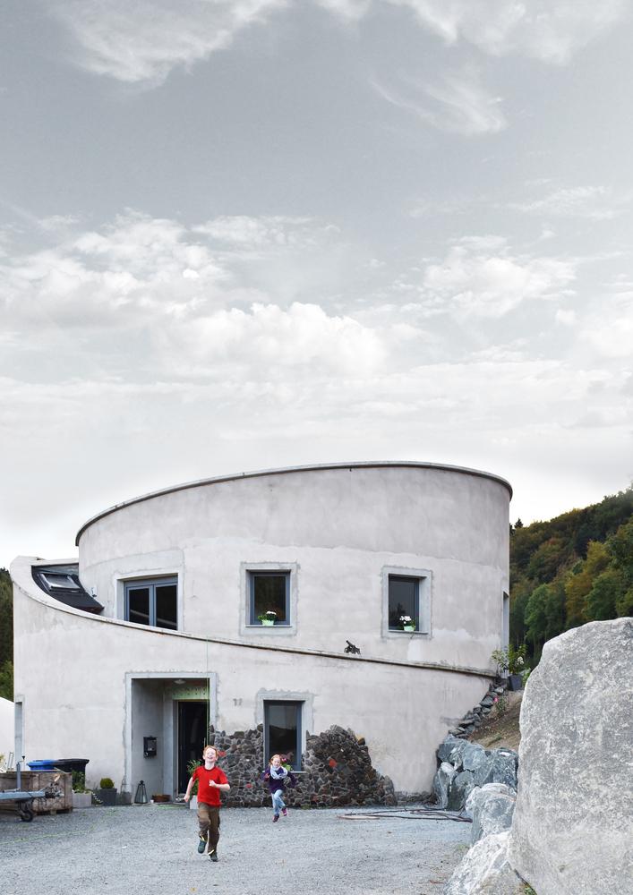 O casa cilindrica autosuficienta care produce biogaz pentru electricitate si caldura