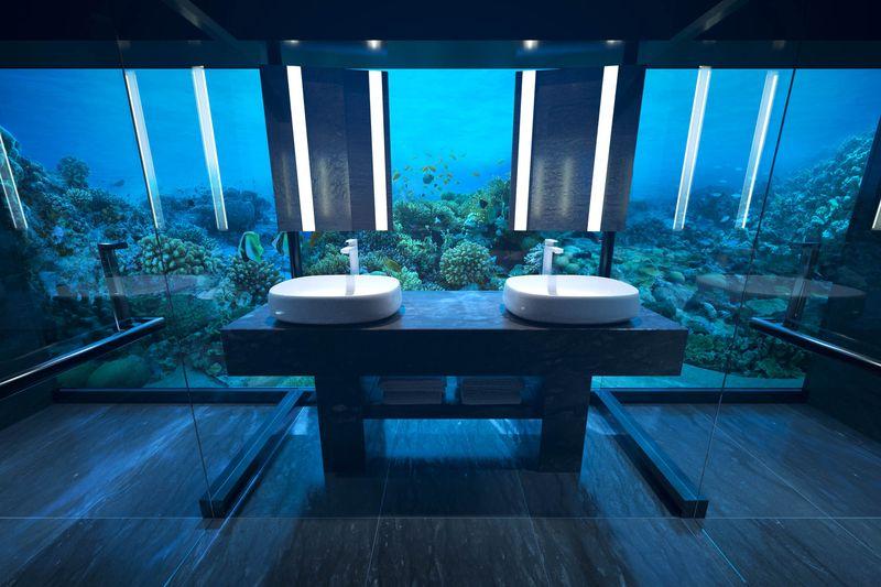 Baia cu pereti complet transparenti pare un acvariu in jurul caruia inoata libere vietuitoare marine exotice.