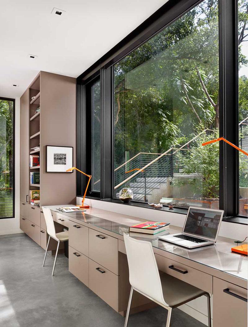1. Dulapurile in tonuri deschise, rafturile si biroul pentru doua persoane este integrat intr-un nodul unitar. Pozitionat in fata unei ferestre generoase, ofera un mediu calm in care se poate lucra.
