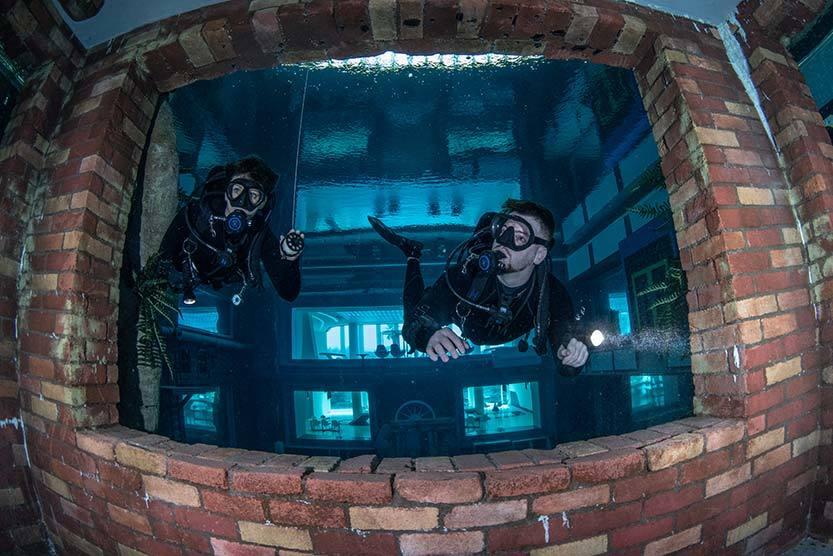 Cea mai adâncă piscină din lume te invită să descoperi un oraş scufundat
