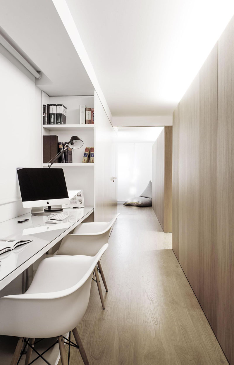 12. Dulapurile incastrate ofera un plus de spatiu de depozitare. Lumina difuza creeaza un mediu perfect pentru munca.