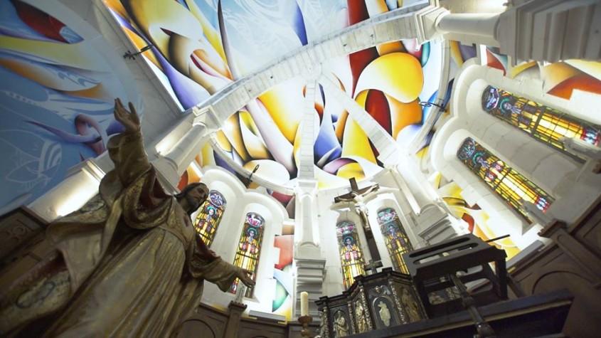 O frescă monumentală însufleţeşte o biserică de pe plajă