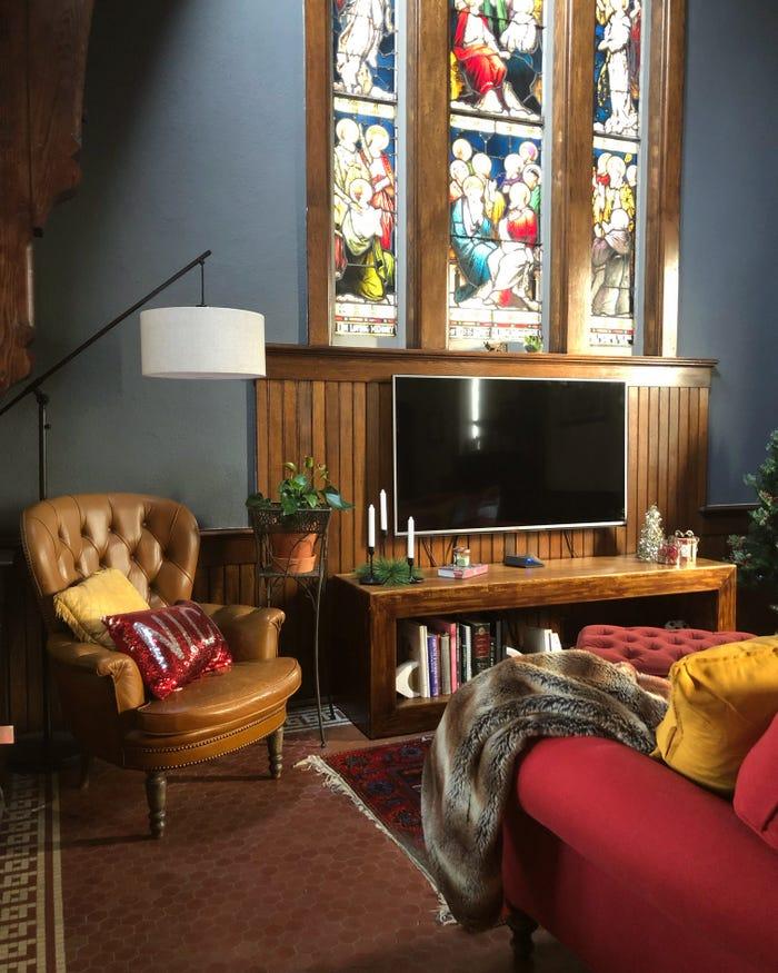 O biserică de 120 de ani transformată într-o locuință pentru o familie cu trei copii