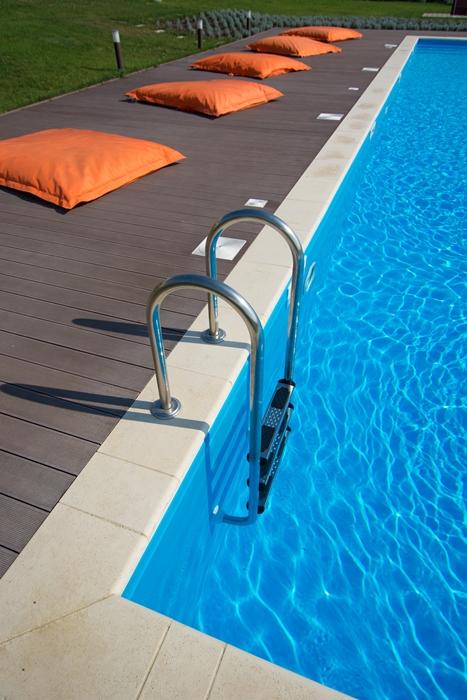Sfaturi utile pentru amenajarea spaţiului de lângă piscină