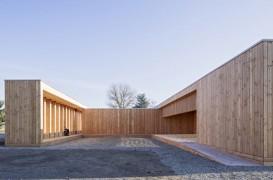O echipa de studenti germani si de refugiati construieste un centru comunitar integral din lemn