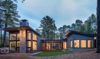 Casa cu ferestre mari și vedere la lac Firma de arhitectura Strand Design a finalizat recent