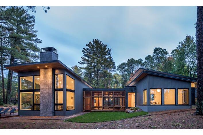 Casa cu ferestre mari și vedere la lac