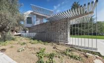 O casa moderna integreaza ruine ale unei constructii anterioare