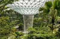 Cel mai bun aeroport din lume are cea mai înaltă cascadă de interior. Apa cade din cer  Masurand 40 de metri, Rain Vortex se pravaleste in jos pe o distanta de sapte etaje - aproape 3.800 de litri pe minut -, pornind dintr-un oculus prevazut in