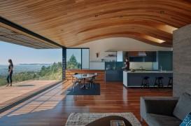 Acoperisul acestei case moderne oglindeste forma dealului pe care este asezata