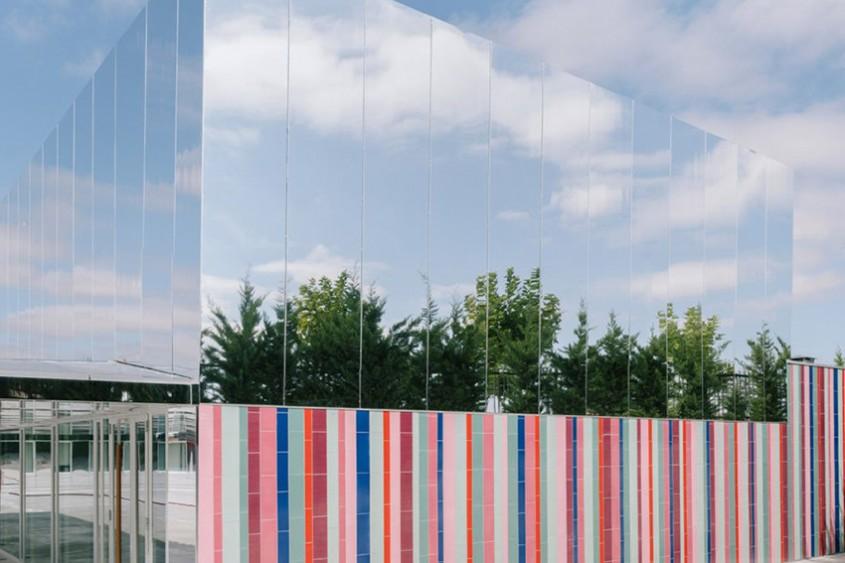 O școală colorată, ce pare că dispare în orizont