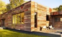 Lemnul masiv reciclat da textura si culoare exteriorului unei case Aceasta locuinta unifamiliala din Delaware este