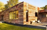Lemnul masiv reciclat da textura si culoare exteriorului unei case
