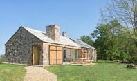 O casă eficientă energetic ridicată pe ruinele unei construcții din piatră A fost proiectata de arhitectii