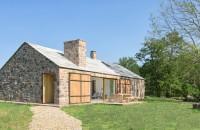 O casă eficientă energetic ridicată pe ruinele unei construcții din piatră  A fost