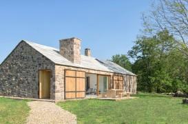 O casă eficientă energetic ridicată pe ruinele unei construcții din piatră