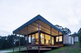 Patru containere au fost transformate într-o casă spațioasă, prietenoasă cu mediul și