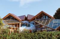 Casa pe care și-a construit-o arhitectul Frank Gehry, ajuns la 90 de ani Un exemplu graitor este chiar casa sa din Santa Monica, construita in 1978 in jurul unei case existente, in care Gehry si sotia lui, Berta, au locuit pana de