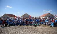 Misiune îndeplinită Sute de voluntari au construit opt case în cinci zile Peste 350 de voluntari