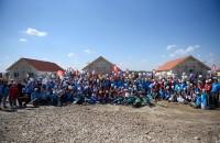 Misiune îndeplinită: Sute de voluntari au construit opt case în cinci zile Peste 350 de voluntari veniți din toate colțurile țării, dar și din SUA, Germania și Olanda au ajutat de-a lungul celor cinci zile la ridicarea