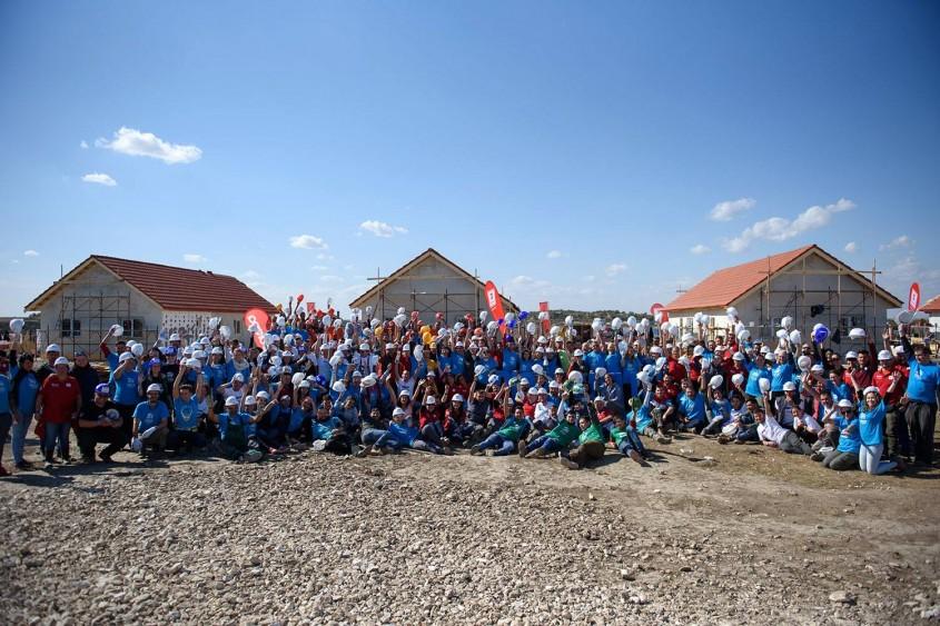 Misiune îndeplinită: Sute de voluntari au construit opt case în cinci zile