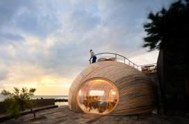 Volum din lemn cu forme organice se deschide spre mare