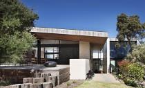 O casă australiană ne prezintă frumusețea și masivitatea pământului compactat