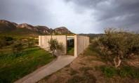O casa din beton din Grecia isi deschide interioarele spre muntii Gerania Aceasta locuinta din beton