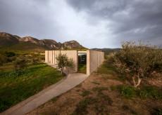 O casa din beton din Grecia isi deschide interioarele spre muntii Gerania
