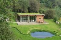 Hidroizolarea acoperișurilor verzi Constructiile cu acoperisuri verzi imbunatatesc izolatia termica si fonica, au un efect de purificare a aerului, sporesc biodiversitatea zonei si adauga valoare