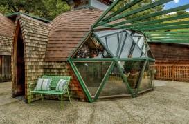 Un cuplu a petrecut șapte ani ca să își construiască trei domuri geodezice, adică locuința visurilor