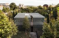 Casa protejată de soare cu ajutorul faţadei din plăcuţe ceramice