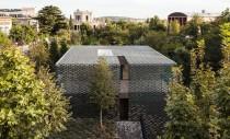Casa protejata de soare cu ajutorul fatadei din placute ceramice