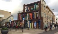 Fațada acestei clădiri a fost transformată într-o bibliotecă cu cărțile preferate ale locuitorilor Titlurile cartilor au