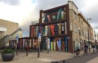 Fațada acestei clădiri a fost transformată într-o bibliotecă cu cărțile preferate ale locuitorilor