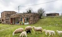 Casa contemporana amenajata intr-o veche crama Aceasta veche constructie din piatra din Galicia Spania folosita in