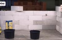 Cum să zidești blocurile de BCA? Referinţă 1. Datorită capilarităţii ridicate, suprafaţa blocului de BCA absoarbe foarte rapid apa. 2. Un mortar de zidărie obişnuit pierde apa şi se