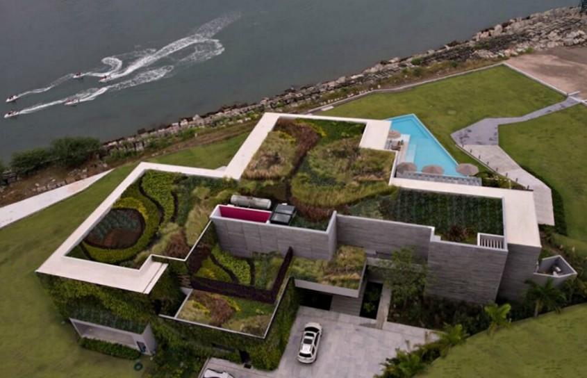 Straturi de vegetatie izoleaza o casa de pe malul marii