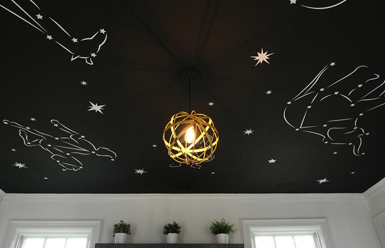 Un cer înstelat într-o cameră de copil în alb și negru
