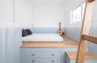 O oază pastelată: idee de amenajare a unei case cu un singur dormitor  Situata in spatele