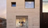 Casa eficienta organizata intr-un cub de beton Echipa olandeza de arhitecti Studio MAKS a proiectat o casa compacta intr-un cub din beton, amplasata intr-o zona veche industriala din Deventer, pentru un cuplu tanar.
