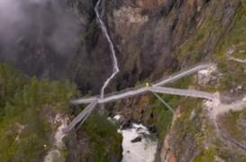Un pod construit deasupra uneia dintre cele mai spectaculoase cascade ale Norvegiei