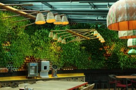 Peretele unui restaurant din Londra purifică aerul și atenuează zgomotul din interior